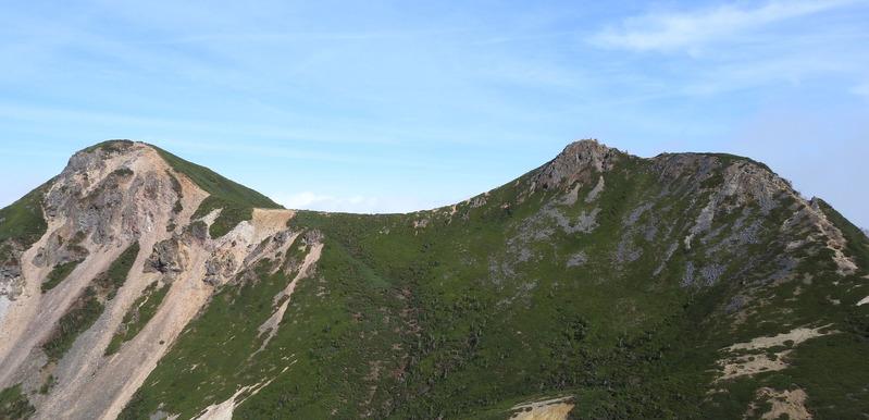 0東天狗、天狗岳を望む(山頂の登山者が確認できる)