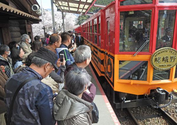 0亀岡駅に入線した列車600