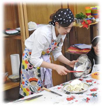0ケーキに生クリームを塗る松岡先生350