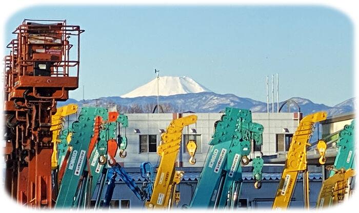 0富士山と高所作業車700