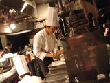 「スタンディング・グリル・ワイン百」キッチン