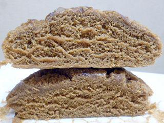 黒糖が染みこんだクルミ蒸しパン
