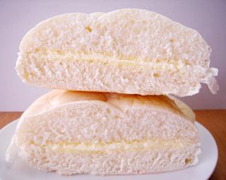 白い北海道練乳クリームパン