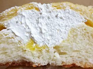 ホイップたっぷりバターメロンパン