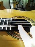 弦を引っ張り下げる