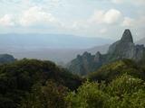 東峰から天狗岩を展望