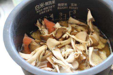 簡単!塩鮭とまいたけの炊きこみごはん (2)