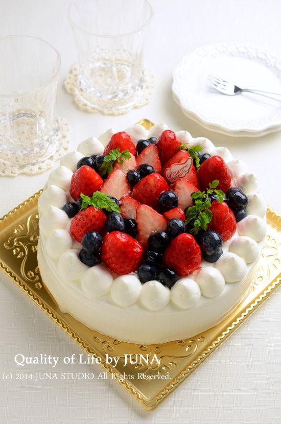 いちごとブルベリーのデコレーションケーキ