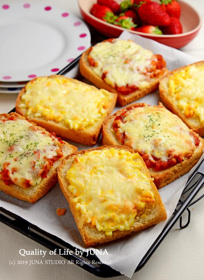 昨日のブサイクな天然酵母パンをピザ&エッグトーストにしました(笑)