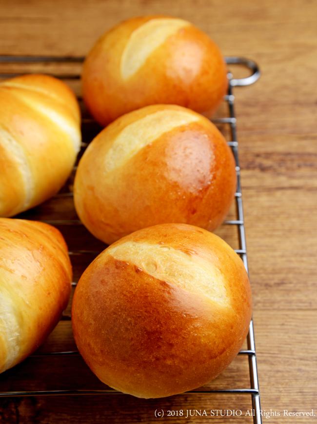 紅玉りんごジャムを付けたくて焼いたパン( *´艸`)