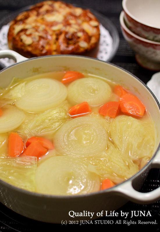 ホール仕立てのパンと野菜ゴロゴロスープ
