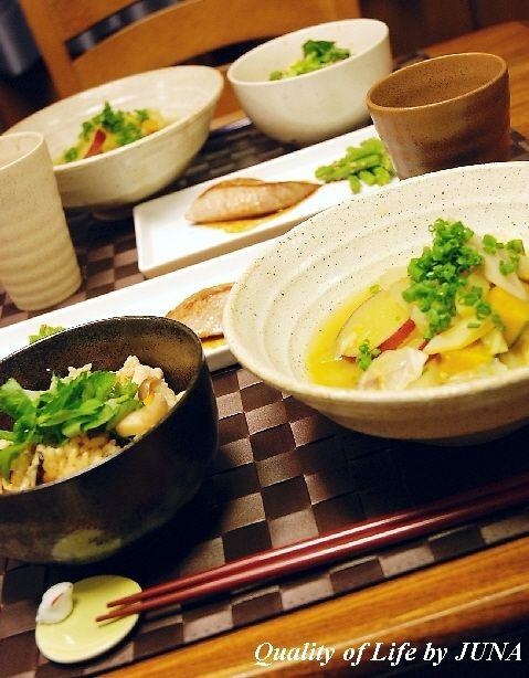 きのこ類の炊きこみご飯と根菜たっぷりのお味噌汁