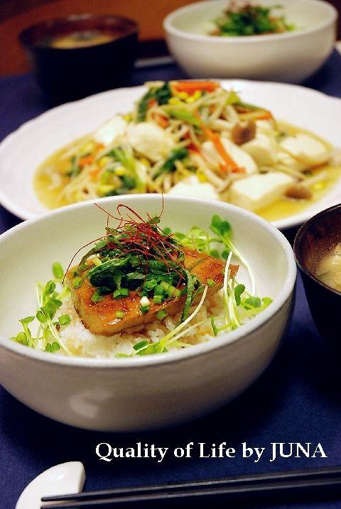マグロの照り焼き丼と野菜と豆腐の炒め物