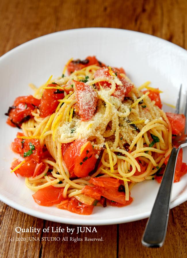 【簡単お1人様レシピ】丸ごと1個トマトを使ったパスタ♪塩昆布とレモンの皮入り