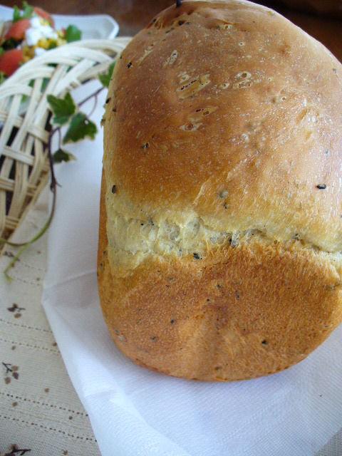 今日のランチは焼きたてパン~黒ゴマとカマンベールチーズ入り食パン~
