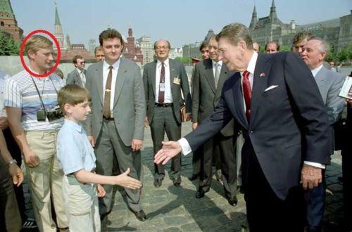 観光客を装いレーガン大統領に近づくプーチン