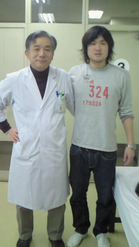 8e354f796e0e さっき兵庫県立加古川病院に行って来ました。先生に術後の状態を診てもらいました。トレーニングもガンガンやってるし問題ない ですね!写真は執刀医の原田先生です。