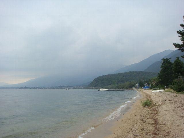 3日目雲垂れ込める湖岸