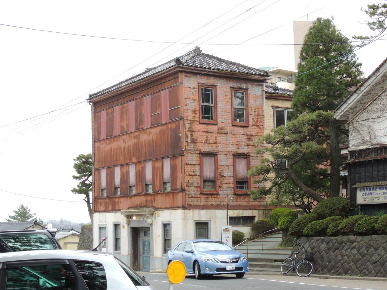 鳥居と道路を隔てた斜め向かいにあったレトロな建物ですが、何人かの方が写真を撮っていました。  映画「おくりびと」のロケで使われたものだそうで、右手にある割烹