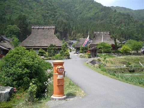 美山町かやぶきの里 レトロなポスト 写真