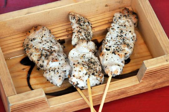 大阪福島(キタ圏内)にある豚の鍋とやきとん串がおすすめのグルメな居酒屋「とん彩や」ブログ用画像。宴会するならとん彩や。とん彩やとは、カレー鍋、トマト鍋を始め、豚のしゃぶしゃぶ、すき焼き、もつ鍋等、鍋料理全般が得意。他にも焼きとん串、串カツ、トンカツ、豚飯、餃子、ナポリタン、焼きそば、お好み焼き、カレー等、豚肉を使用した料理が得意。面白い飲食店。とん串ネギ塩たれ