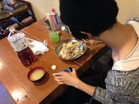 デカ盛りグルメ。鍋盛りの他人カツ丼をぺろりとたいらげた青年。IMG_0593