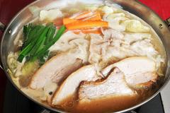 大阪福島区にある豚肉酒場とん彩やJR福島駅から徒歩で約5分ほどのところに位置する居酒屋です。淨正橋から一つキタの筋に入るとそこは有名なイタリア食堂やバルポルチーニ、天乃屋、福島金魚、晴屋、てる屋、淨正、長屋バー、二番どり、イカリヤなど飲食店がびっしりの筋になっていて、その奥で黄色に光る大きい豚の提灯こそがわれらがとん彩やの目印である。店の外には手書きの看板がずらりと並んでおり、個性的でなんともかわいらしい豚が印象に残ります。店内もオリジナルの手書き漫画や豚のキャラクターであふれかえっています。店は3階建てとなっており1・2階はテーブル席で1階は約10名様まで、2階は25名様くらいでだいたい貸切させていただいております。3階のお座敷も25名様くらいで、貸切とさせていただいており、お子様連れの方にも好評をいただいています。特に土日祝日は家族で来られるお客さんも多く、大変気に入っていただきリピートしてくれるお客さんもたくさんいるので、非常にありがたいです。それ以外では、会社宴会などの規模が大きめの宴会にも対応できるので、こちらも好評をいただいております。やはり平日はオフィス街ということもあり、サラリーマンのお客さんが大半です。こちらもリピートしてくれているお客さんが多く、非常にありがたく思っています。では、そのリピーターの多い秘訣は何かというと、値段であったり、開店時間であったり、味であったり、融通が利くところであったりと自分で言うのもなんですが、他にもいろいろあるし、自信を持って言うこともできます。特に今は飲み放題3時間男性1500円、女性1000円で提供させてもらっていて、非常に満足してもらってます。飲み放題メニューには、もちろん生ビール(キリンハートランド)、焼酎の麦・イモ、カクテル、チューハイ、ワイン、日本酒、ソフトドリンクと種類も豊富ですので何かと便利ではないかと思います。コース料理も1500円からやっていますので、男性で3000円、女性で2500円とかなりお手頃で満足できるの内容になっています。また今年の2月ごろから昼営業を始めまして、それと同時に昼宴会も承るようになり、幅広い集客を目指して日々頑張っています。また昨年末からホームページの方にも力を入れており、居酒屋漫画、コンゲーム漫画、グルメミステリー漫画の3作に不動産を舞台にした小説とコンテンツも充実しており、いまなお進化を続けています。最近は豚肉を使った簡単おつまみレシピや豚肉のうんちく、雑学、豆知識、宴会の雑学、豆知識、酒とビールのうんちくについても投稿していますので、気軽に見てください。客層は基本的に若いサラリーマンや、学生であったりと活気のある店内であります。とん彩やはとん串、串カツ、とん鍋のBIG3のほかに、冷やし鍋のメニューもある。具体的にはぶっかけサラダうどんであったり、ラーメン、ペペロンチーノである。他にもお好み焼き、焼きそばと言った粉もんや、ナポリタン、明太パスタ、ハンバーグなどの洋食もあります。餃子も手作りで自信のある一品です。自家製のチャーシューや、豚の軟骨チャーシューもかなり自信を持ってオススメ出来ます。豚肉酒場と唱っていますが、結構幅広いメニューを揃えることを一つの目標にもしています。ひややっこや、だし巻き玉子といったおつまみも種類豊富で、そのなかで最もオススメのおつまみははらみポン酢ですな♪贅沢の極みです。