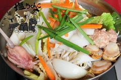 大阪福島(キタ圏内)にある豚の鍋とやきとん串がおすすめのグルメな居酒屋「とん彩や」ブログ用画像。宴会するならとん彩や。とん彩やとは、カレー鍋、トマト鍋を始め、豚のしゃぶしゃぶ、すき焼き、もつ鍋等、鍋料理全般が得意。他にも焼きとん串、串カツ、トンカツ、豚飯、餃子、ナポリタン、焼きそば、お好み焼き、カレー等、豚肉を使用した料理が得意。面白い飲食店。塩ちゃんこ鍋ろごイン