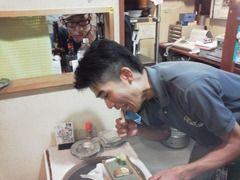 大阪福島の居酒屋とん彩やで宴会のあとの残飯処理をするスタッフ田口