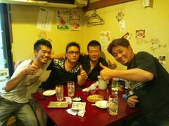 """大阪福島区にある豚肉酒場とん彩やJR福島駅から徒歩で約5分ほどのところに位置する居酒屋です。淨正橋から一つキタの筋に入るとそこは有名なイタリア食堂やバルポルチーニ、天乃屋、福島金魚、晴屋、てる屋、淨正、長屋バー、二番どり、イカリヤなど飲食店がびっしりの筋になっていて、その奥で黄色に光る大きい豚の提灯こそがわれらがとん彩やの目印である。店の外には手書きの看板がずらりと並んでおり、個性的でなんともかわいらしい豚が印象に残ります。店内もオリジナルの手書き漫画や豚のキャラクターであふれかえっています。店は3階建てとなっており1・2階はテーブル席で1階は約10名様まで、2階は25名様くらいでだいたい貸切させていただいております。3階のお座敷も25名様くらいで、貸切とさせていただいており、お子様連れの方にも好評をいただいています。特に土日祝日は家族で来られるお客さんも多く、大変気に入っていただきリピートしてくれるお客さんもたくさんいるので、非常にありがたいです。それ以外では、会社宴会などの規模が大きめの宴会にも対応できるので、こちらも好評をいただいております。やはり平日はオフィス街ということもあり、サラリーマンのお客さんが大半です。こちらもリピートしてくれているお客さんが多く、非常にありがたく思っています。では、そのリピーターの多い秘訣は何かというと、値段であったり、開店時間であったり、味であったり、融通が利くところであったりと自分で言うのもなんですが、他にもいろいろあるし、自信を持って言うこともできます。特に今は飲み放題3時間男性1500円、女性1000円で提供させてもらっていて、非常に満足してもらってます。飲み放題メニューには、もちろん生ビール(キリンハートランド)、焼酎の麦・イモ、カクテル、チューハイ、ワイン、日本酒、ソフトドリンクと種類も豊富ですので何かと便利ではないかと思います。コース料理も1500円からやっていますので、男性で3000円、女性で2500円とかなりお手頃で満足できるの内容になっています。また今年の2月ごろから昼営業を始めまして、それと同時に昼宴会も承るようになり、幅広い集客を目指して日々頑張っています。また昨年末からホームページの方にも力を入れており、居酒屋漫画、コンゲーム漫画、グルメミステリー漫画の3作に不動産を舞台にした小説とコンテンツも充実しており、いまなお進化を続けています。最近は豚肉を使った簡単おつまみレシピや豚肉のうんちく、雑学、豆知識、宴会の雑学、豆知識、酒とビールのうんちくについても投稿していますので、気軽に見てください。客層は基本的に若いサラリーマンや、学生であったりと活気のある店内であります。とん彩やはとん串、串カツ、とん鍋のBIG3のほかに、冷やし鍋のメニューもある。具体的にはぶっかけサラダうどんであったり、ラーメン、ペペロンチーノである。他にもお好み焼き、焼きそばと言った粉もんや、ナポリタン、明太パスタ、ハンバーグなどの洋食もあります。餃子も手作りで自信のある一品です。自家製のチャーシューや、豚の軟骨チャーシューもかなり自信を持ってオススメ出来ます。豚肉酒場と唱っていますが、結構幅広いメニューを揃えることを一つの目標にもしています。ひややっこや、だし巻き玉子といったおつまみも種類豊富で、そのなかで最もオススメのおつまみははらみポン酢ですな♪贅沢の極みです。class=""""pict"""""""