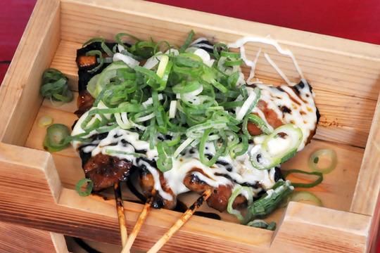 大阪福島(キタ圏内)にある豚の鍋とやきとん串がおすすめのグルメな居酒屋「とん彩や」ブログ用画像。宴会するならとん彩や。とん彩やとは、カレー鍋、トマト鍋を始め、豚のしゃぶしゃぶ、すき焼き、もつ鍋等、鍋料理全般が得意。他にも焼きとん串、串カツ、トンカツ、豚飯、餃子、ナポリタン、焼きそば、お好み焼き、カレー等、豚肉を使用した料理が得意。面白い飲食店。とん串ネギマヨ1