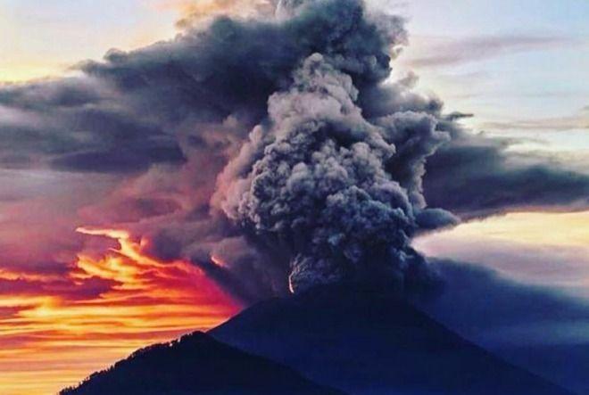 【注意】バリ島のアグン山が噴火!空港閉鎖、周辺住民に避難指示!政府は警戒レベルを強化