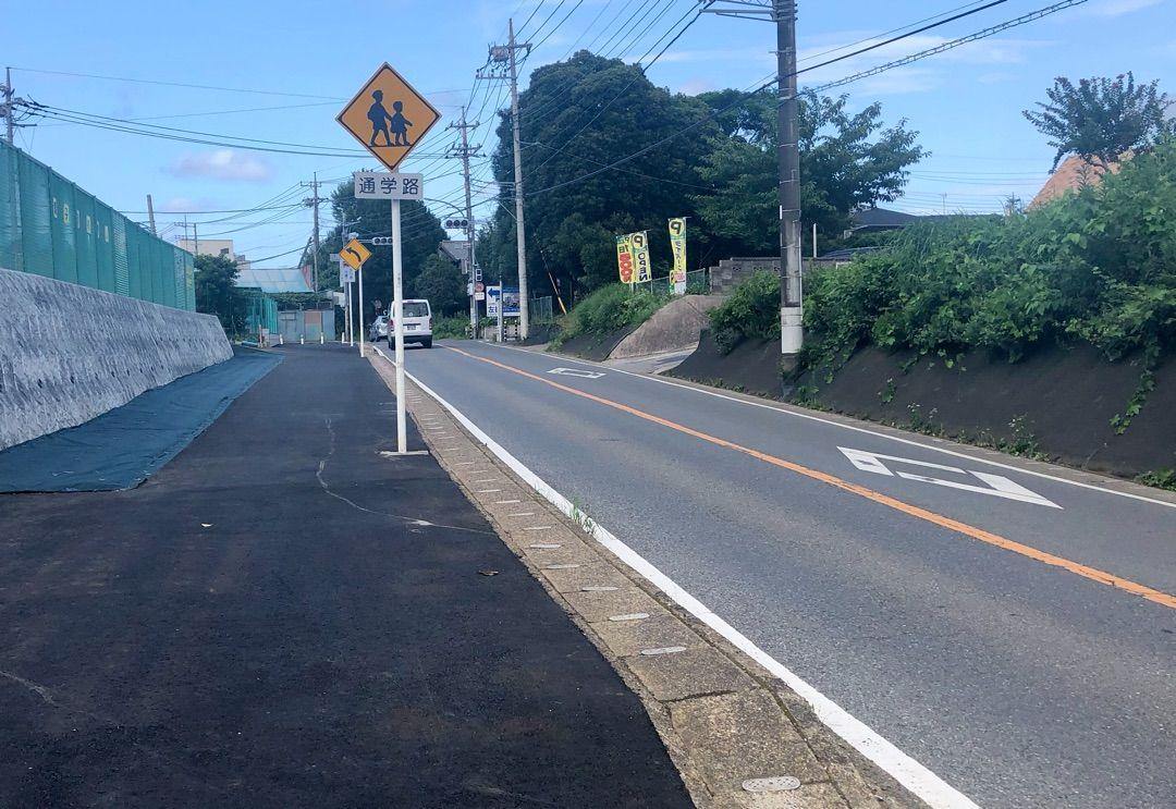 土気駅北口道路の歩道が拡幅❗️あすみが丘で市政報告、市民アンケート協力を呼びかけました!