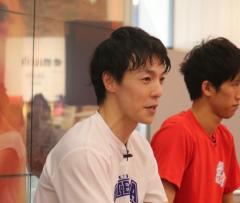 アキラ100%、「卓球×裸芸」の新境地の動画披露