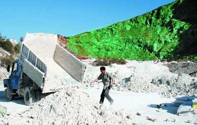 中国 山を緑色のペンキで塗った3