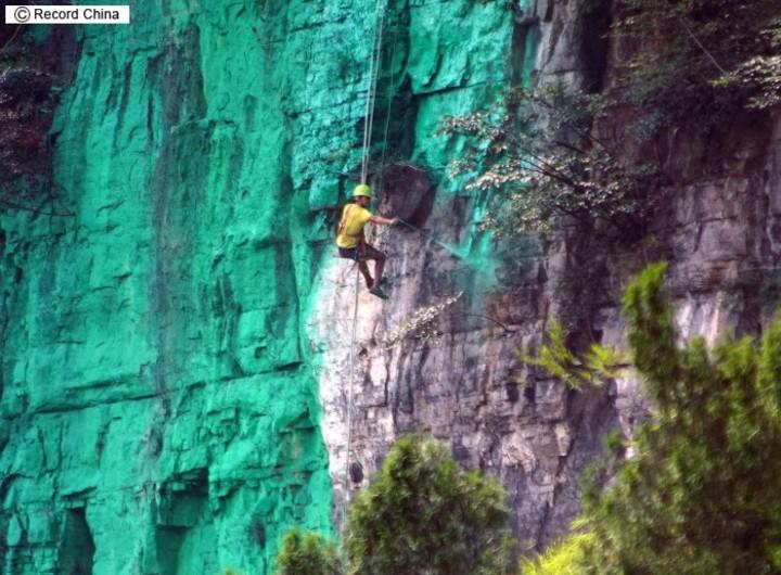 中国 山を緑色のペンキで塗った5