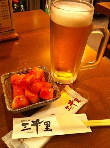 盛岡駅地下通路にある三千里。まずは、カクテキとビールで喉を潤す。ちかれたー。