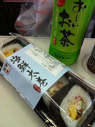 まずは、朝飯を。海鮮太巻きで行ってみよう。1Bしか取れなかったので、真ん中かー最悪だと思っていたら、こまちは二人がけしかないんだった。よかった。