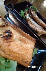 鮭のはらすとししゃも。まずは、焼き魚で腹を膨らせよう。やっぱ、北海道はさかなうめー。