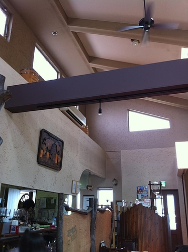白老バーガーが食べれる、はしもと珈琲。天井が高く自然光を取り入れたこじゃれたお店。