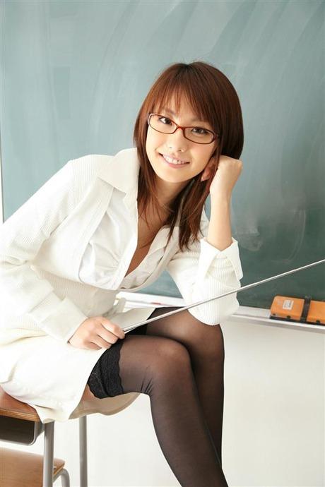 【エロ画像】こんなエッチな女教師がいるとおっぱい揉みたくなります!