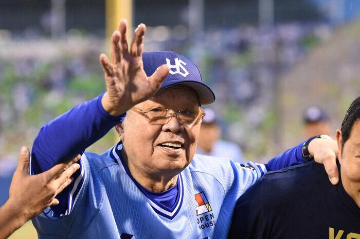 開幕三戦目のヤクルト阪神戦でノムさん追悼試合実施 両軍背番号73のユニ