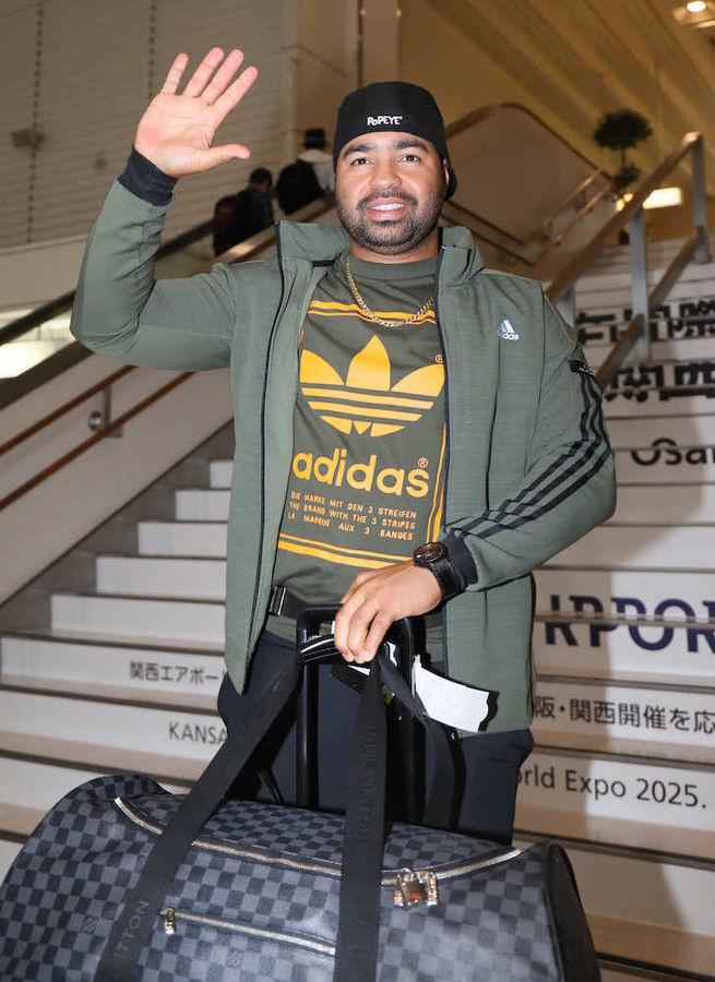 阪神のロサリオ、笑顔で帰国