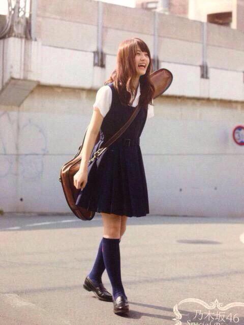 ミニスカート姿の若月佑美さん