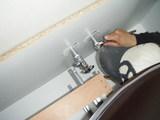 止水栓や水栓金具類を取付け組み立てていきます。