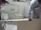 トイレのCFを張っている間、洗面台は解体します。