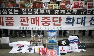 【え・・】韓国・ソウル日本大使館前で日本製ビールやポカリをぶちまけるデモ→「日本のビールじゃなければダメ」「ユニクロや日本製品、日本のゲームを楽しむ若者は多い」