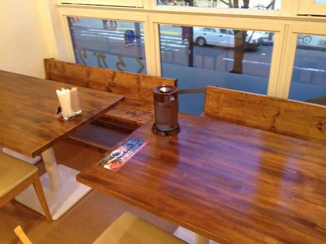 4人掛けのしっかりとしたテーブル