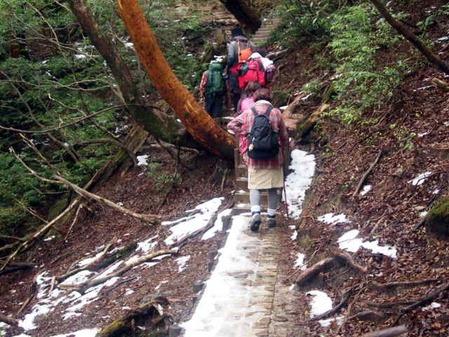 雪道を登る