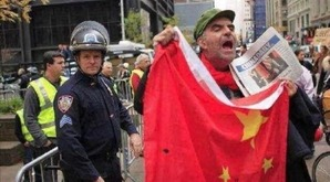 アメリカ暴動、中国共産党主導の証拠キタ━━━━(゚∀゚)━━━━!! デモ隊が共産党旗と中国国旗を掲げ始めたとの情報wwwwwww
